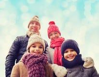 Den lyckliga familjen i vinter beklär utomhus Royaltyfria Bilder