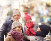 Den lyckliga familjen i vinter beklär utomhus Arkivbilder