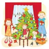 Den lyckliga familjen klär upp en julgran Royaltyfri Foto