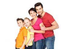 Den lyckliga familjen med barn som tillsammans står i, fodrar Royaltyfri Fotografi