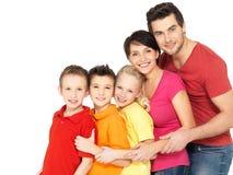 Den lyckliga familjen med barn som tillsammans står i, fodrar Arkivbilder