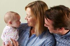 Den lyckliga familjen med behandla som ett barn Arkivbilder