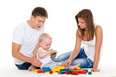 Den lyckliga familjen med behandla som ett barn. Arkivfoton