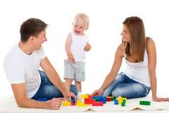 Den lyckliga familjen med behandla som ett barn. Arkivbild