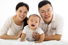 Den lyckliga familjen med behandla som ett barn pojken Arkivfoton