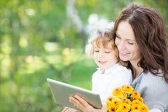 Lycklig familj som använder tabletPC Royaltyfri Fotografi