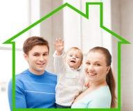 Den lyckliga familjen med förtjusande behandla som ett barn Arkivfoto