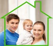 Den lyckliga familjen med förtjusande behandla som ett barn Arkivfoton