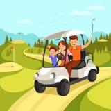 Den lyckliga familjen med golfklubbar passerar golfbilen på golfbana royaltyfri illustrationer