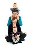 Den lyckliga familjen med kopplar samman skrattar Isolerat på vit royaltyfri bild