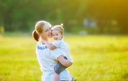 Den lyckliga familjen på naturmoder och behandla som ett barn dottern Arkivfoto