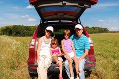Den lyckliga familjen reser med bilen royaltyfri fotografi