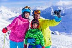 den lyckliga familjen skidar royaltyfria bilder