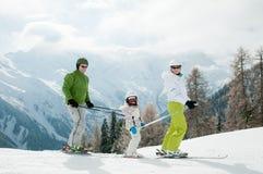 den lyckliga familjen skidar laget Royaltyfria Bilder