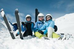 den lyckliga familjen skidar laget Royaltyfria Foton