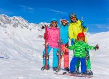 den lyckliga familjen skidar laget Arkivbild