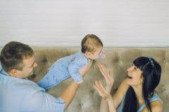 Den lyckliga familjen som består av mamma- och farsa` s, behandla som ett barn pojken Royaltyfri Fotografi