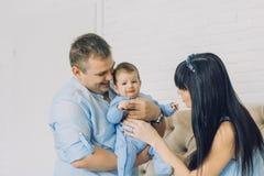 Den lyckliga familjen som består av mamma- och farsa` s, behandla som ett barn pojken lyckliga förhållanden för familj Royaltyfri Fotografi