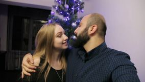 Den lyckliga familjen som förväntar barnet, behandla som ett barn och att dekorera julträdet lager videofilmer