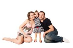 Den lyckliga familjen som förväntar ett nytt, behandla som ett barn Arkivfoto