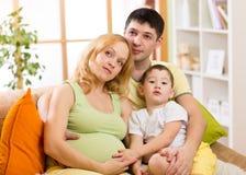 Den lyckliga familjen som förväntar, behandla som ett barn Gravid kvinna med Royaltyfria Bilder