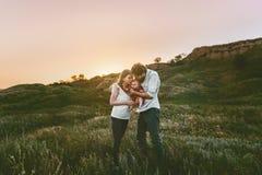 Den lyckliga familjen som går modern, och fadern med behandla som ett barn royaltyfri fotografi
