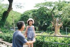 Den lyckliga familjen som har gyckel med djursafari, parkerar på varm sommar Royaltyfria Foton