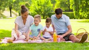 Den lyckliga familjen som har picknicken på sommar, parkerar arkivfilmer