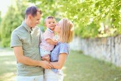 Den lyckliga familjen som ler att spela i sommar, parkerar Arkivbilder