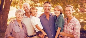 Den lyckliga familjen som tycker om på, parkerar royaltyfria bilder