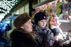 Den lyckliga familjen spenderar tid på en mässa för julgatamarknad i den gamla staden av Salzburg, Österrike Ferier, begrepp Mode Arkivfoton