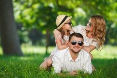 Den lyckliga familjen spenderar tillsammans helgen arkivbilder