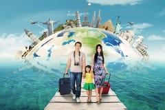 Den lyckliga familjen tar en tur till världsmonumentet Royaltyfri Bild