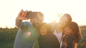 Den lyckliga familjen tar ett foto lager videofilmer