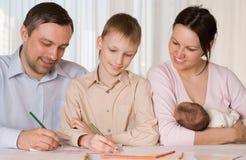 Den lyckliga familjen tecknar arkivbild