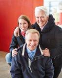 Den lyckliga familjen turnerar på Royaltyfria Foton