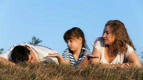 Den lyckliga familjen tycker om Fotografering för Bildbyråer