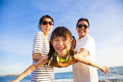 Den lyckliga familjen tycker om sommarsemester Royaltyfri Foto