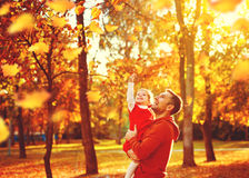 Den lyckliga familjfadern och barndottern på en gå i höst spricker ut Arkivbild