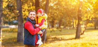 Den lyckliga familjfadern och behandla som ett barn sonen på höst går Royaltyfria Foton