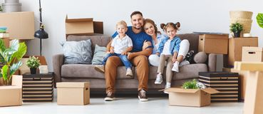 Den lyckliga familjmoderfadern och barn flyttar sig till den nya lägenheten royaltyfri bild