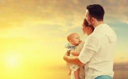 Den lyckliga familjmodern, fader och behandla som ett barn på havet fotografering för bildbyråer