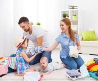 Den lyckliga familjmodern, fadern och två barn packade resväskor fo Royaltyfria Bilder