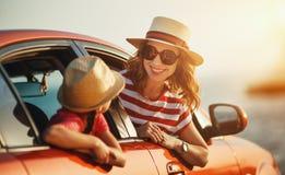 Den lyckliga familjmodern och barnflickan g?r till sommarloppturen i bil royaltyfria bilder