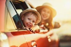 Den lyckliga familjmodern och barnpojken g?r till sommarloppturen i bil royaltyfri fotografi