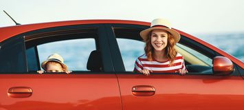 Den lyckliga familjmodern och barnpojken g?r till sommarloppturen i bil arkivfoton