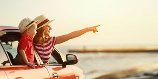 Den lyckliga familjmodern och barnpojken g?r till sommarloppturen i bil arkivfoto