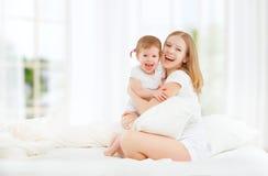 Den lyckliga familjmodern och behandla som ett barn dottern som spelar, och skratta behandla som ett barn Royaltyfri Foto