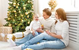 Den lyckliga familjmodern och behandla som ett barn i julmorgon på Christm Royaltyfri Bild