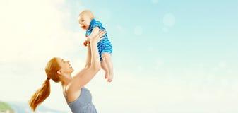 Den lyckliga familjmodern och behandla som ett barn sonen som spelar och har gyckel i summe royaltyfri fotografi
